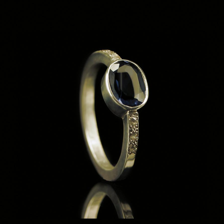 1116-06 Ring met 7 stenen (1x ovaal)