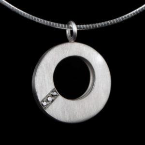 0813-03 Ronde ashanger met 3 stenen
