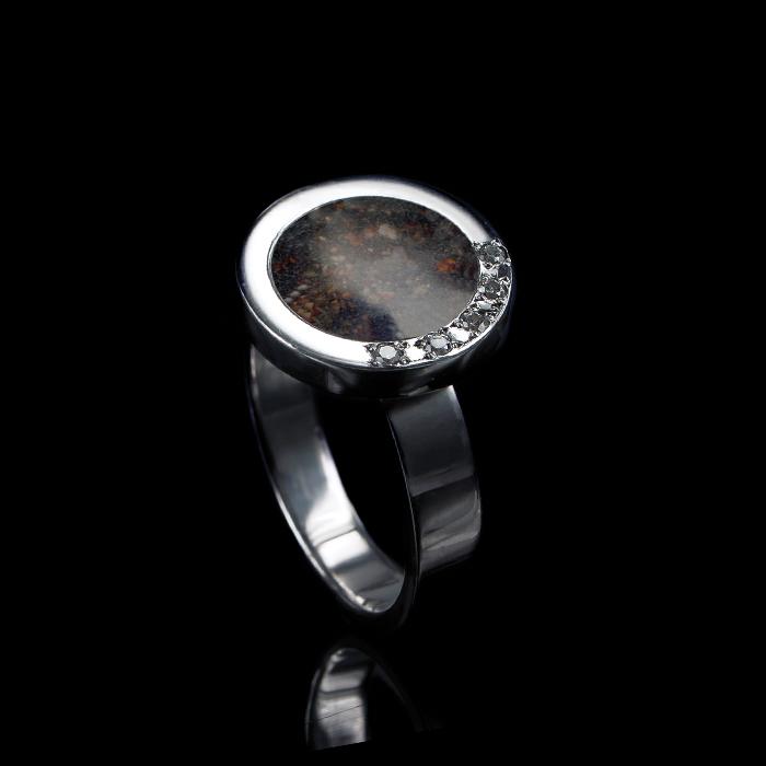 1106-05 Ring met ronde open askamer en 5 stenen